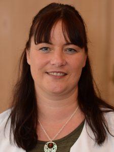 Susanne Guter PKA (Pharmazeutisch-Kaufmännische-Assistentin) Für das Warenlager in der Apotheke bin ich zuständig, außerdem gehört das Dekorieren unserer Schaufenster zu meiner Tätigkeit.